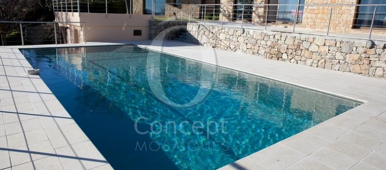 La piscine en mosaïques – Une eau bleu pétrole intense