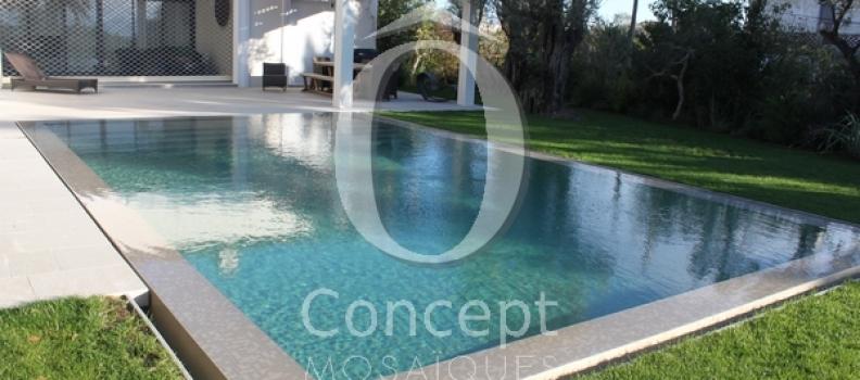 Carrelage piscine eau bleu pétrole par Ô Concept