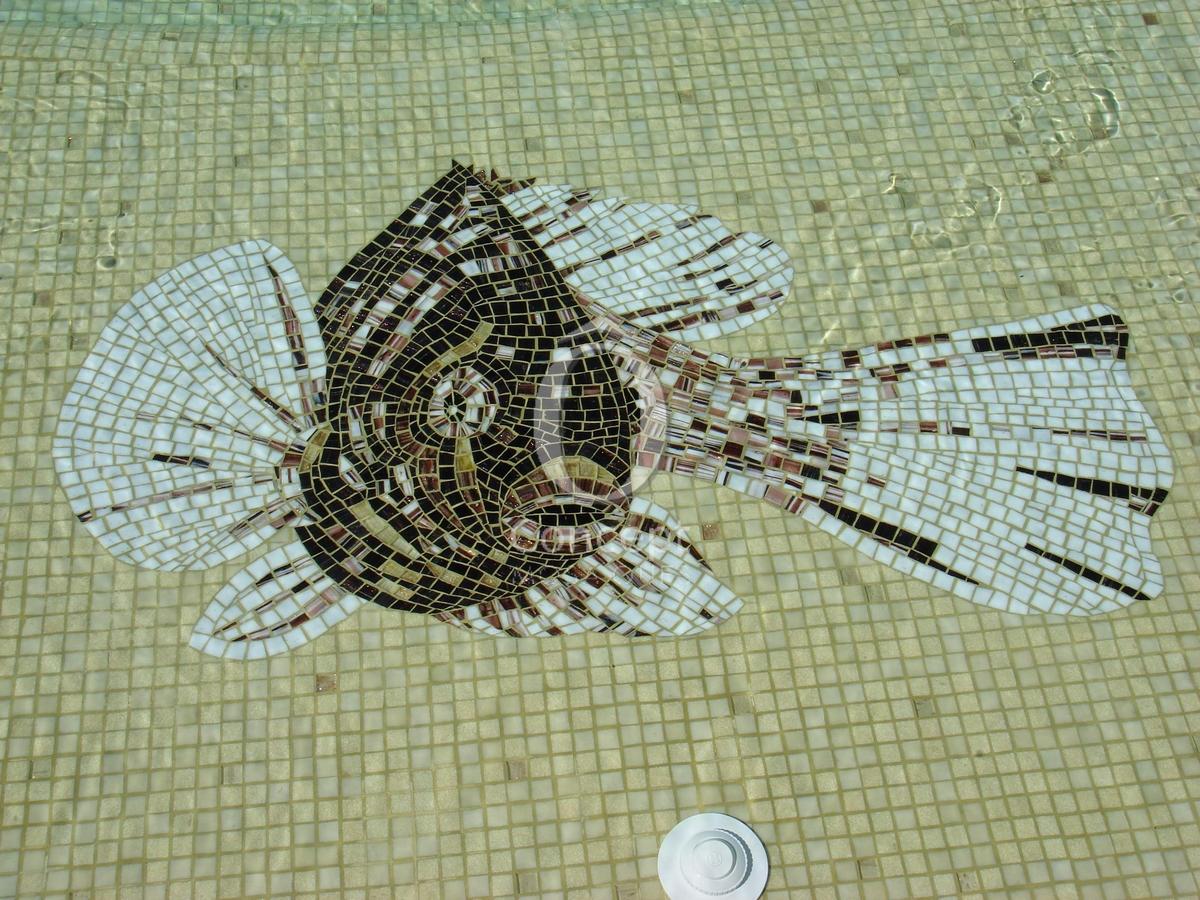 Décor en mosaique d'un poisson taillé