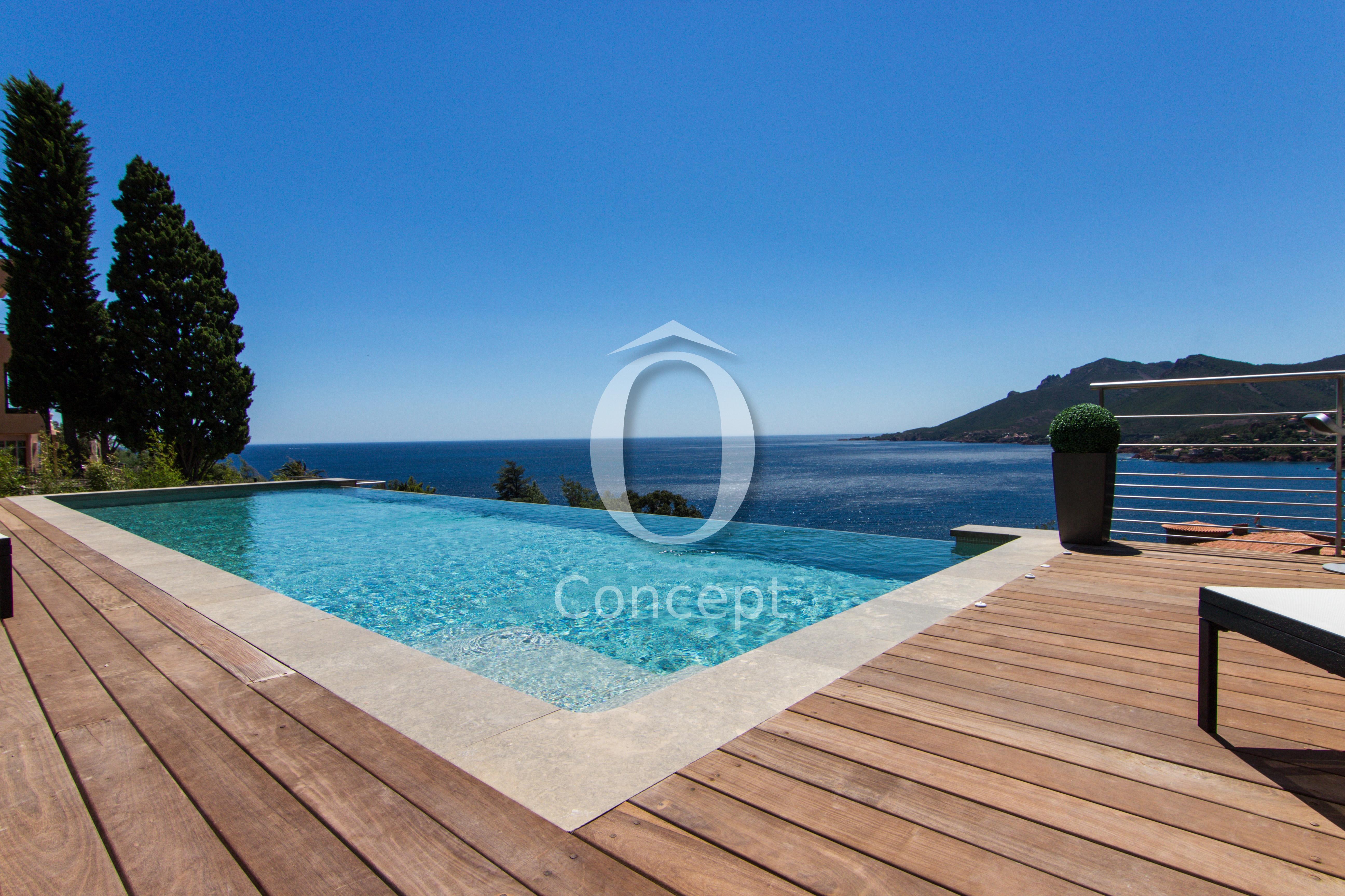 Carrelage piscine pour une eau bleu foncé